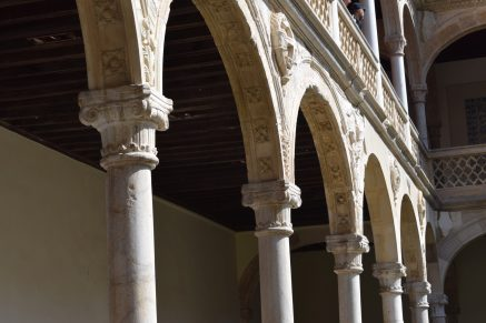 Alonso de Covarrubias. Detalle de los arcos y columnas del patio del Hospital de Santa Cruz. Foto: @cipripedia.