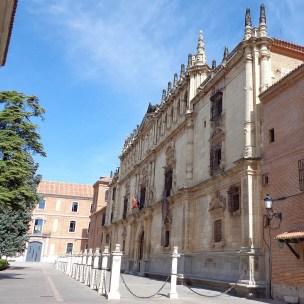 Atrio de la Universidad de Alcalá de Henares (por Superchilum vía Wikimedia).
