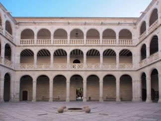 Patio del Colegio de Santa Cruz, Valladolid (por Luis Fernández García vía Wikimedia)
