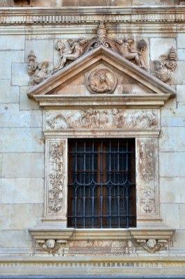 Colegio de San Ildefonso, Alcalá de Henares, ventanas de la planta baja con los padres de la iglesia: San Jerónimo (por Manuel Ramírez Sánchez vía Wikimedia).