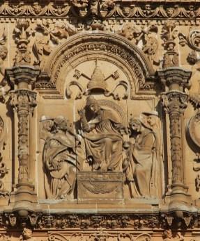 Detalle de la fachada de la Universidad de Salamanca: un papa (por Björn S. vía Wikimedia).