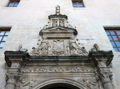 Detalle del escudo imperial de Carlos V en el Colegio de San Jaime y San Matías (por Enric vía Wikimedia).
