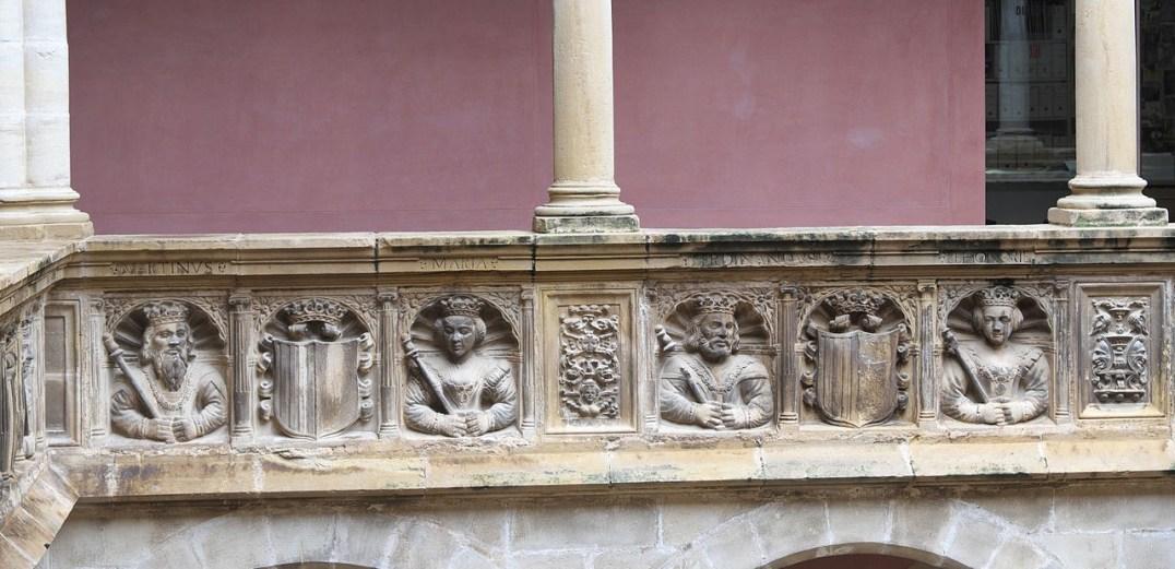 Monarcas aragoneses – Detalle del Colegio de San Jaime y San Matías en Tortosa (por GFreihalter vía Wikimedia).