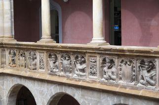 De izquierda a derecha: Carlos V e Isabel de Portugal, Felipe II y María Manuela de Portugal, Felipe III y Margarita de Austria. Detalle de la galería en el colegio de San Jaime y San Matías de Tortosa (por GFreihalter vía Wikimedia).