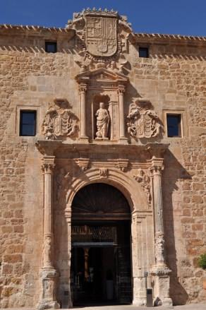 Portada de la Universidad de Burgo de Osma (por Luis Rogelio HM vía Wikimedia).