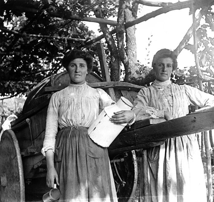 La mujer de la derecha es Carmen Arabio-Urrutia Balziskueta, del caserío Boni (Begoña), hermana de Rosario, lavandera de Eulalia Abaitua. Hacia 1900. Eulalia Abaitua. Museo Vasco de Bilbao