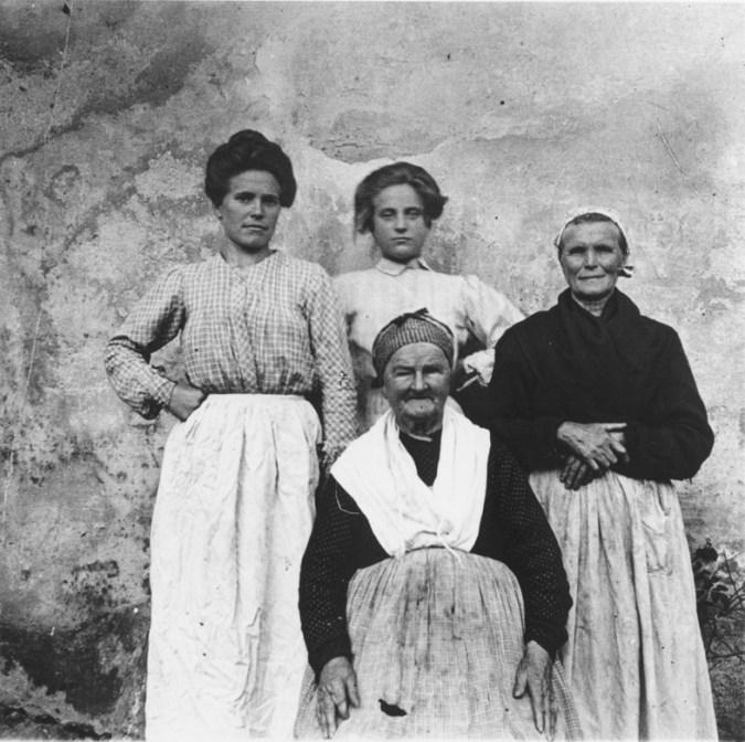 Eulalia Abaitua. Mujeres Vascas de Ayer. tres generaciones.1900 Archivo del Museo Vasco de Bilbao