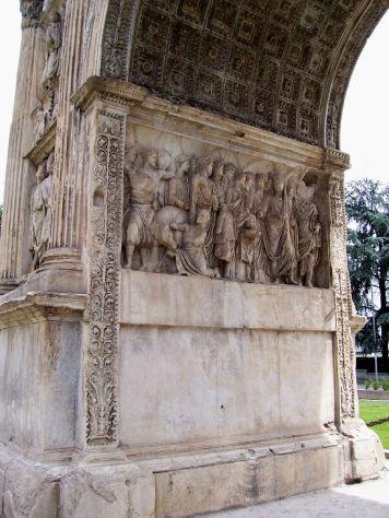 """Relieve de la """"Institutio Alimentaria en el Arco de Trajano en Benevento. Foto: Wikimedia Commons."""