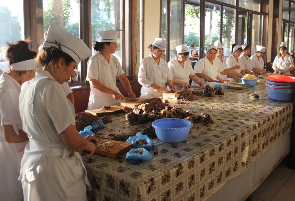 Cuoche al lavoro al National Food (Tashkent, Uzbekistan)