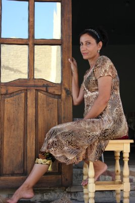 Viaggio in Uzbekistan, donna in vestito tradizionale (Bukhara)