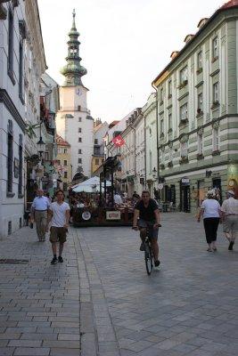 Viaggio a Bratislava, passeggiando lungo la via principale della città vecchia, il Korzo (Slovacchia)