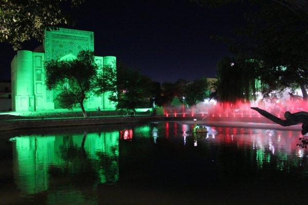 Veduta notturna di Lyabi-Hauz e della Khanaka di Nadir Divambegi (Bukhara, Uzbekistan)