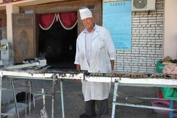 Viaggio in Uzbekistan, venditore di shashlik a Shakhrisabz