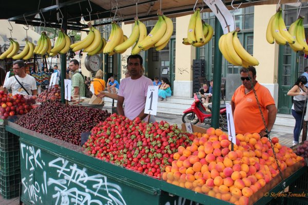 Mercato della frutta e verdura in piazza Monastiraki (Atene, Grecia)