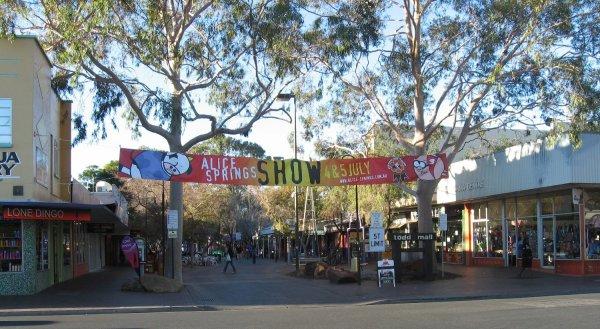 Viaggio in Australia, l'ingresso sulla via pedonale di Alice Springs, la Todd Mall (Northern Territory)