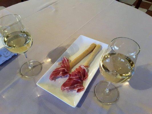 Viaggio in Friuli Venezia Giulia, bicchiere di Collio DOC al Castello di Spessa (Italia)
