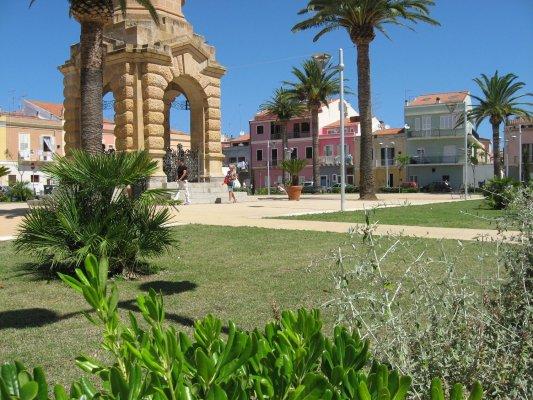 Viaggio in Sardegna, Piazza Pegli a Carloforte (Isola di San Pietro, Italia)