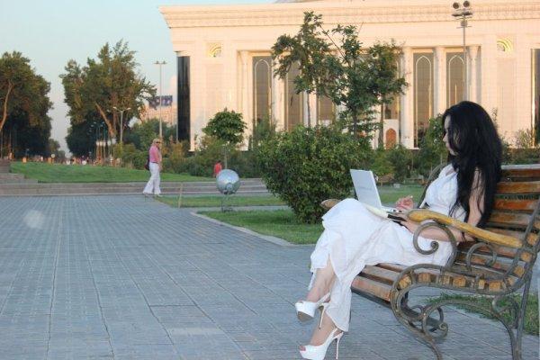 Ragazza seduta in Amir Timur Maydoni a Tashkent in Uzbekistan