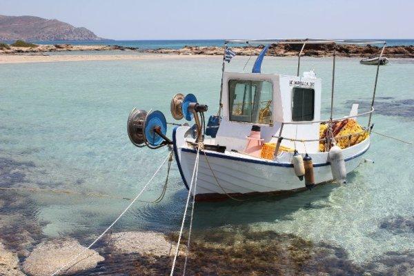 Barca pescatori sulla spiaggia di Elafonísi a Creta
