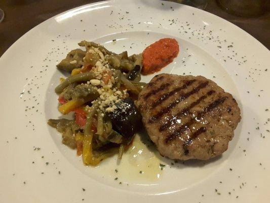 Pljeskavica con sataras di verdure Osteria la Ciacarade Udine