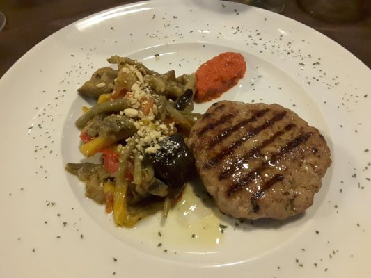 Pljeskavica con sataras di verdure alla osteria La Ciacarade di Udine