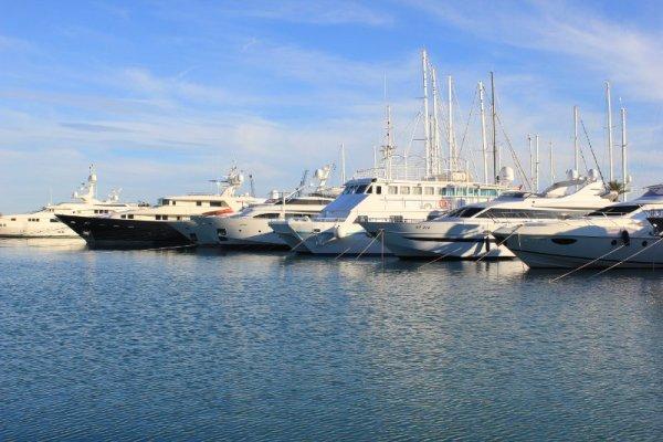 Yacht ormeggiati nella Real Marina di Valencia