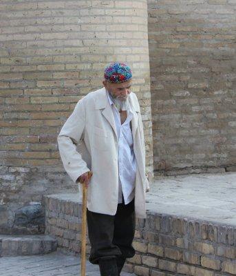 Anziano abiti tradizionali uzbeki