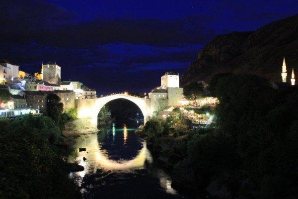 Veduta notturna Ponte Vecchio Mostar