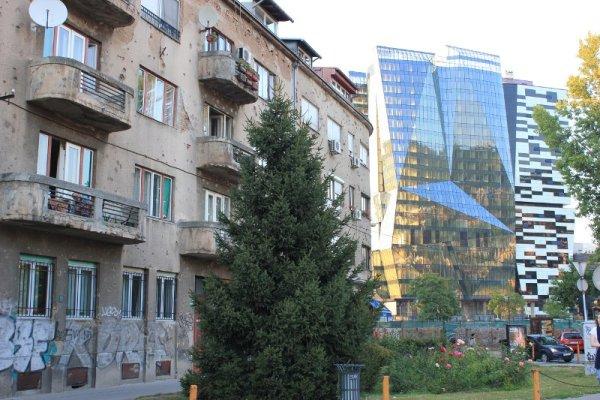 Contrasto tra edifici vecchi e nuovi a Sarajevo
