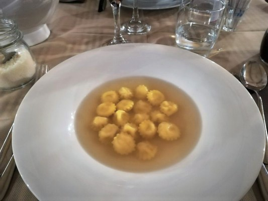 Cappelletti in brodo piatto tipico cucina romagnola