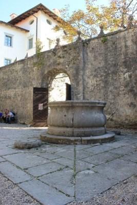 Pozzo in pietra nel cortile del Castello di Štanjel