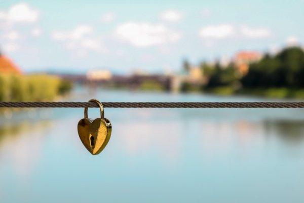 Lucchetto dell'amore su un ponte di Maribor in Slovenia