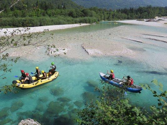 Rafting sul fiume Isonzo nei pressi di Bovec in Slovenia