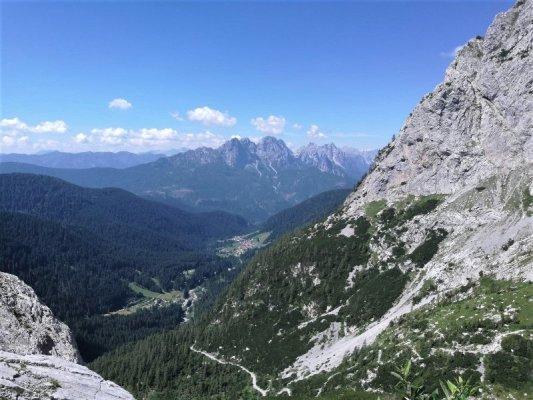Veduta dell'abitato di Collina in provincia di Udine dal sentiero Spinotti