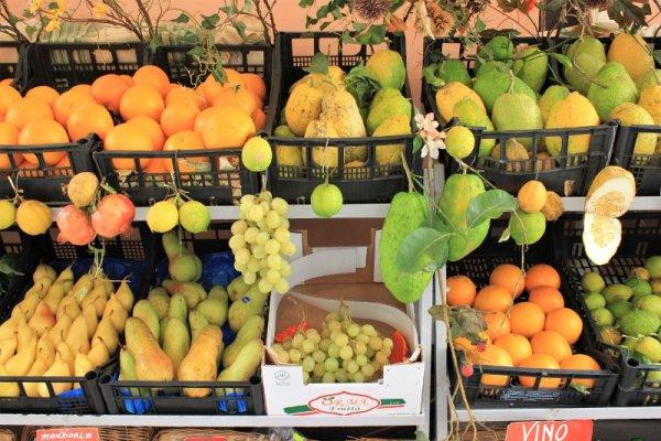 Scaffali di frutta verdura in una bottega di Taormina