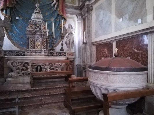 La fonte battesimale nella Cattedrale di Asolo