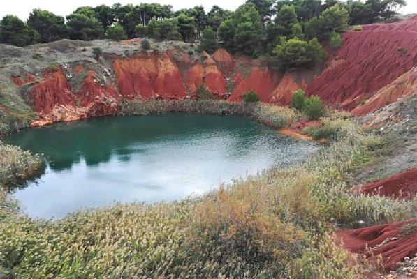 Il laghetto della cava di bauxite nel Salento