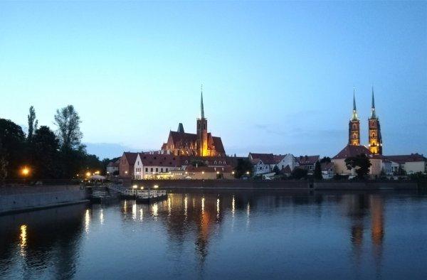 Vista notturna di Ostrów Tumski a Breslavia
