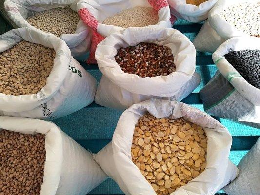 Bancarella di cereali al mercato di Piazza Ascanio Persio a Matera