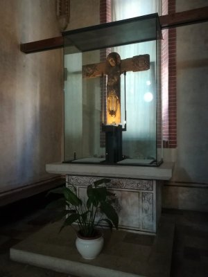 Il Crocifisso in legno all'interno della chiesa di San Francesco a Bassano del Grappa