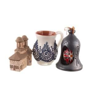 Pachet cadou de Paște cană de vin, ou încondeiat cu ceară în clopot de ceramică neagră și biserică din lut