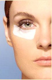 intervento chirurgico per rimuovere i cuscinetti adiposi sotto gli occhi