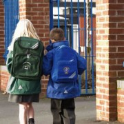 Cause mal di schiena bambini: zaini pesanti a scuola e..