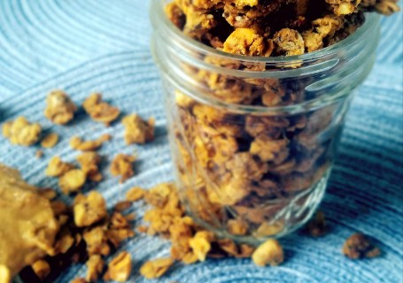 Homemade Peanut Butter Granola. Soft and chewy granola using natural ingredients and is packed with peanut butter goodness.