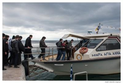 """Οι μαθητές της Αθωνιάδας επιβιβάζονται στο πλοιάριο που θα τους μεταφέρει στην φρεγάτα """"Σαλαμίς"""""""
