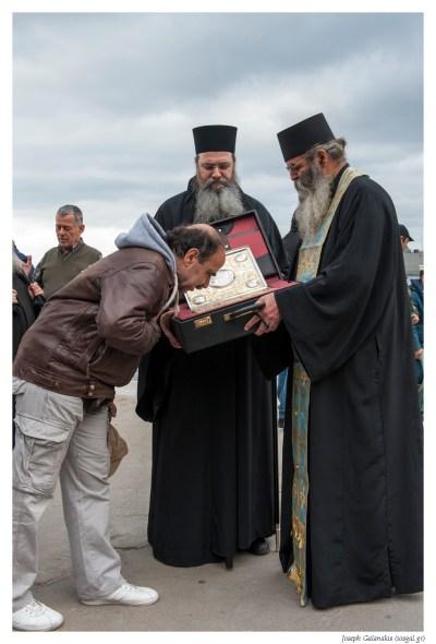 Ο Ηγούμενος της Ι.Μ. Ξηροποτάμου Αρχιμ. Ιωσήφ και ο ιερομόναχος Καλλίνικος με τον Τίμιο Σταυρό