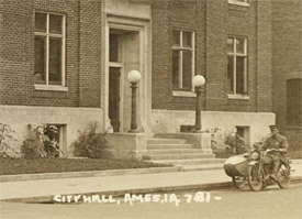 Citizens viewed Hollingsworth's bloody car in front of the Police station (Ames Historical Society)