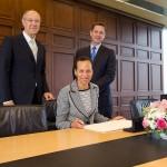 US Ambassador Betty King signs Marrakesh Treaty. WIPO DG Francis Gurry looks on, left (Copyright: WIPO)