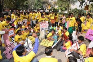 Indian protestors against medicines patent provisions in FTA, 2013