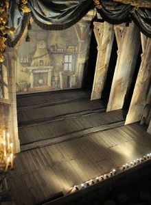 1024px-Théâtre_de_la_Reine_-_scène_vue_du_poulailler